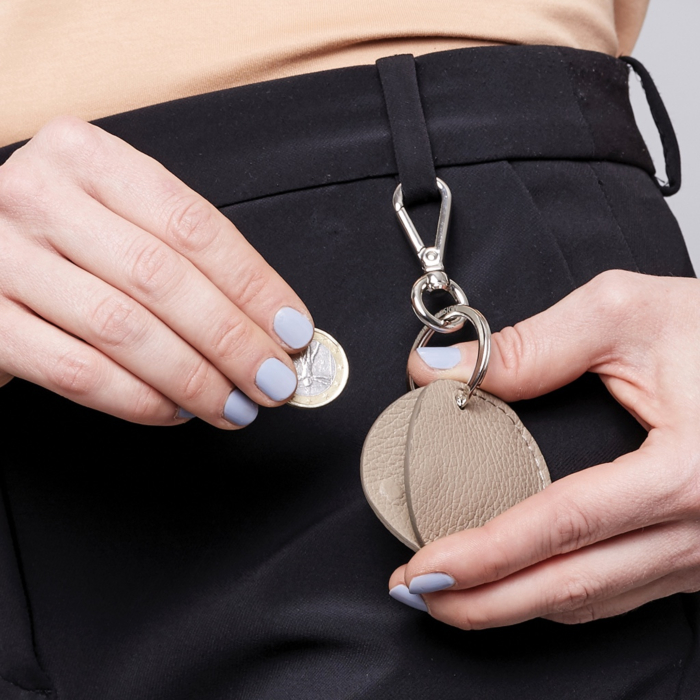 Keyring taupe on trouser with money department